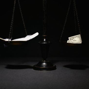 Почему отличаются цены на акции похожих компаний (например, Сбербанк и ВТБ) ?